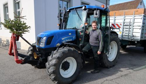 Philipp hat seinen Traktor hübsch geschmückt