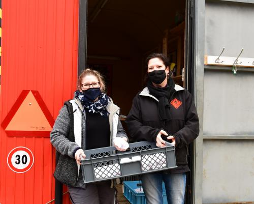 Tanja und Carole bringen Frikadellenbrötli